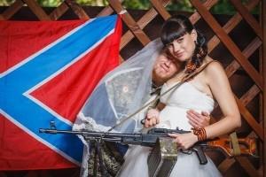 """""""Eroul"""" Motorola a atras atentia frumusetilor din Donbas. In imagine, cu proaspata sotie"""